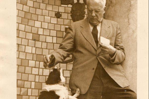"""Albert Barnes et son chien Feal. Il le fit venir aux Etats-Unis par bateau depuis Port Manec'h, via le Havre. """"Feal"""" en breton signifie Fidèle."""