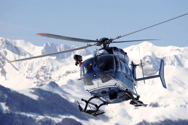 L'hélicoptère de la gendarmerie lors d'une opération avec le PGHM