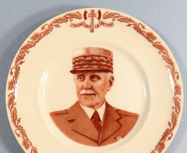 Une assiette en porcelaine de Limoges à l'effigie du Maréchal Pétain