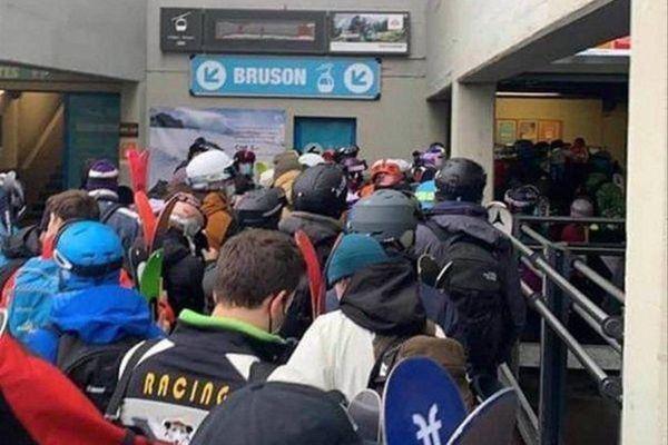 """Des skieurs suisses """"serrés comme des sardines"""" le 5 décembre dernier, pour acheter leur forfait à la station de Verbier, dans le Valais Suisse"""