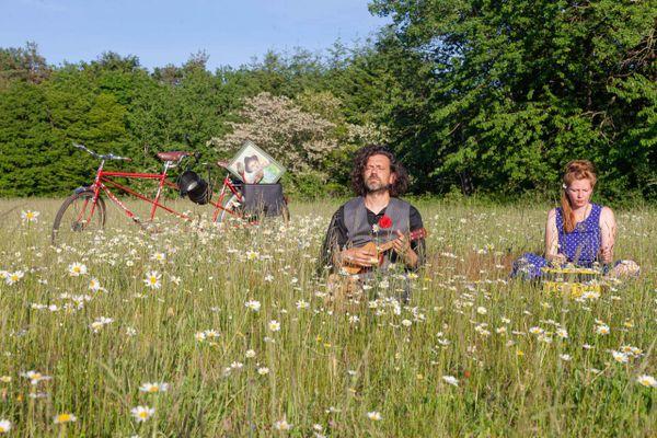 L'artiste peintre Pierre Biebuyck et la collectionneuse de sons Céline Scherr en route pour un périple en Moselle.