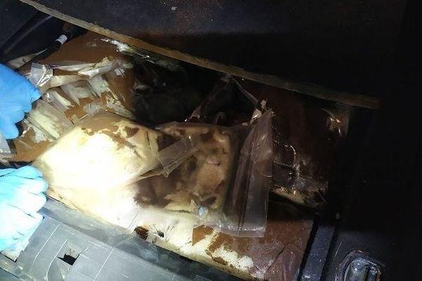 Les 35 paquets d'amphétamines étaient dissimulés dans le coffre du véhicule.