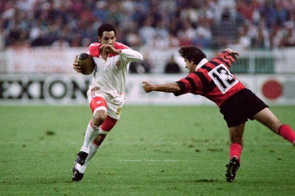 Photo prise le 7 juin 1992 au Parc des Princes à Paris montrant le capitaine du Biarritz Olympique Serge Blanco (G) évitant le plaquage du joueur de Toulon Pierre Trémouille lors du dernier match du championnat de France de rugby.