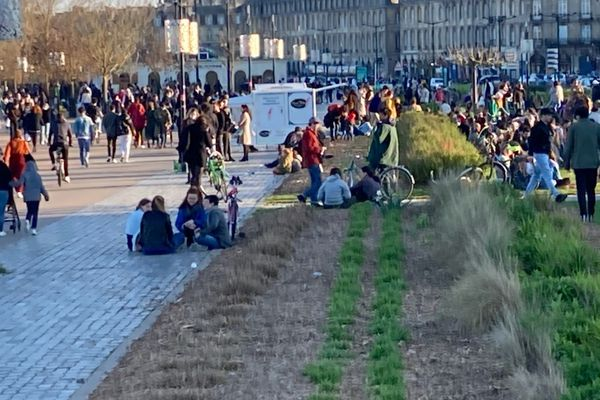 Les quais de Bordeaux sous le soleil dimanche 28 février 2021