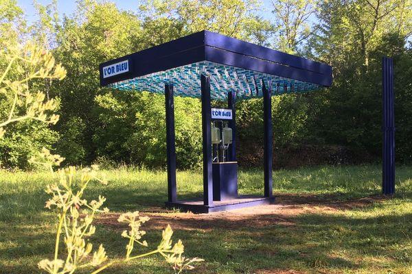 Une station-service en pleine nature propose une eau devenue rare...