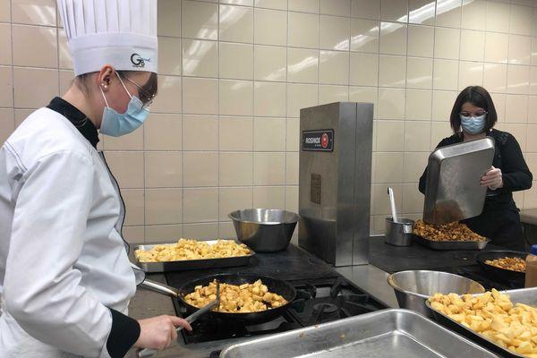 Au menu de ces 200 repas destinés au Restos du Coeur : riz pilaf et légumes et crumble aux pommes.