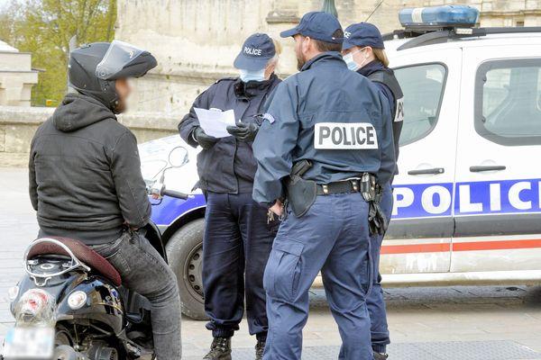 Contrôle d'une attestation de sortie, à Montpellier - Photo d'illustration