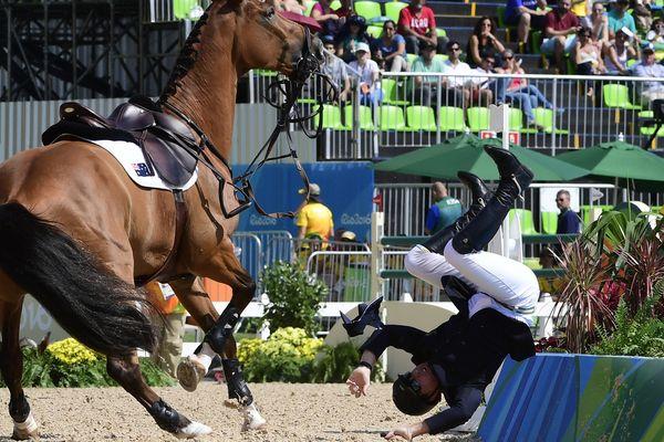 Une chute de cheval de l'Australien Scott Keach lors d'épreuves olympiques des Jeux Olympiques de Rio en 2016.