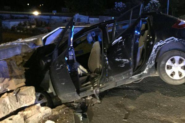 Pour une raison encore inconnue, le véhicule a terminé sa route dans le mur du cimetière de la commune de Malemort en Corrèze.