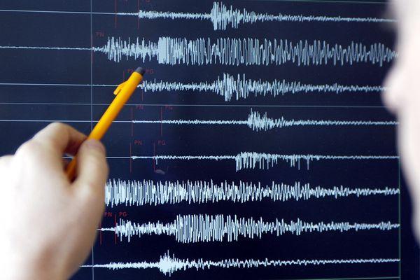 Un technicien du Réseau National de Surveillance Sismique (RENASS) de Strasbourg montre des relevés sismographiques, en 2004 (image d'illustration).
