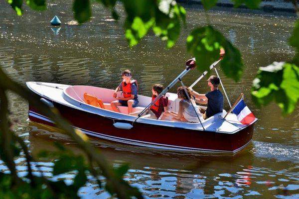 Un p'tit bateau électrique sans permis, qui permet de découvrir la Vilaine