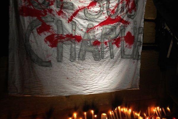 Des bougies pour les victimes et la défense de la Liberté d'Expression.