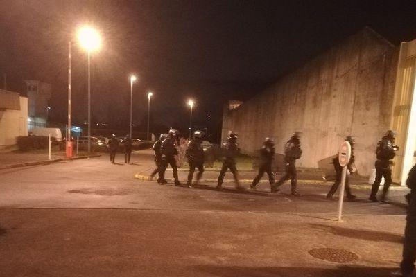En milieu d'après-midi, des détenus qui étaient en promenade à la maison d'arrêt de Moulins-Yzeure, dans l'Allier, ont refusé de regagner leur cellule, jeudi 25 janvier. L'administration pénitentiaire a fait appel à des équipes spécialisées dans la gestion des émeutes.