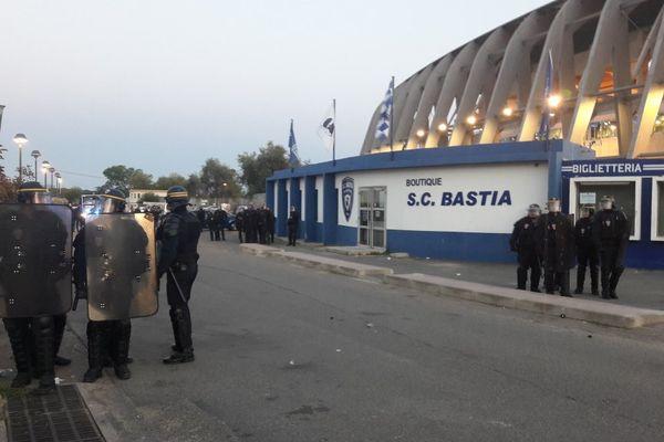 16/04/2017 - Ligue 1 Bastia-Lyon, Les CRS ont dispersé une centaine de supporters massés devant les grilles du stade Armand Cesari