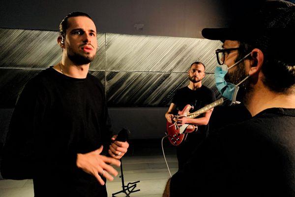 Lombre, le réalisateur Samuel Petit et le guitariste Florian Soulier au musée Soulages