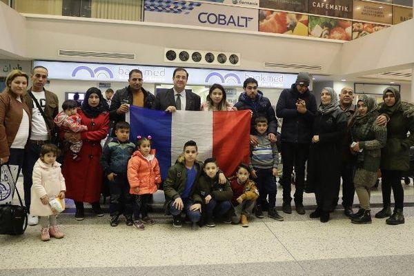 L'ambassadeur de France au Liban Bruno Foucher avec les réfugiés syriens sélectionnés pour être accueillis en France à Beyrouth, jeudi 23 novembre 2017.