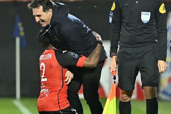 La joie de Andrew GRAVILLON avec Christophe PELISSIER, entraîneur du FC Lorient