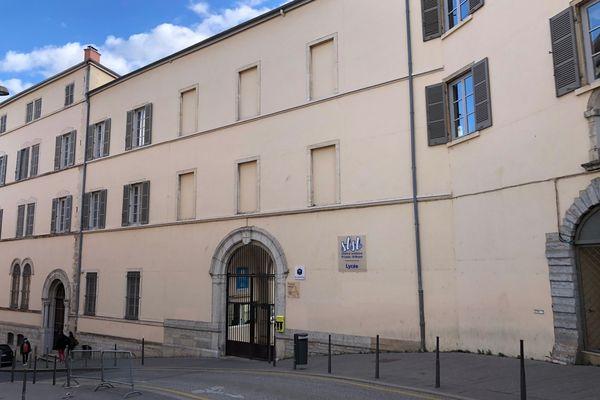 un élève du lycée Saint-Louis-Saint-Bruno à Lyon (1er arrondissement) a été blessé par arme blanche ce vendredi à la mi-journée, lors d'une bagarre entre deux groupes de jeunes, qui a éclaté à l'extérieur de l'établissement, situé rue des Chartreux