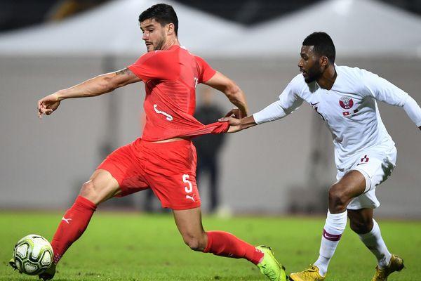 En rouge, Loris Benito avec son maillot suisse lors d'un match amical contre le Qatar, le 14 novembre 2018, au stade Cornaredo à Lugano.