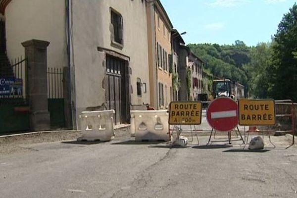 La traversée de Saint-Floret dans le Puy de Dôme par la départementale 26 est impossible. La seule route qui traverse ce petit village d'à peine plus de 250 habitants est en travaux jusqu'à fin juillet.