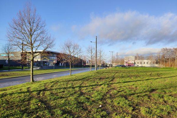 Le terrain est régulièrement utilisé pour des rodéos urbains