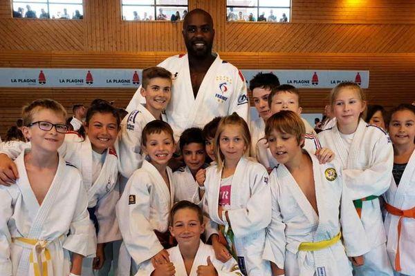 Durant 6 jours, une centaine d'enfants participent à un stage de judo encadré par Teddy Riner.