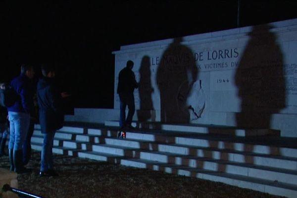 Les enquêteurs à la recherche d'entités aux abords du mémorial de Lorris, en forêt d'Orléans.