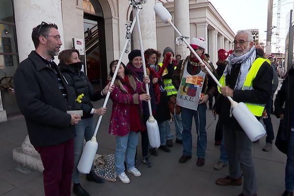 Les manifestants, des enseignants pour la plupart, ont confectionné des cotons tiges géants pour inviter le gouvernement à se déboucher les oreilles et à entendre le rejet de sa réforme sur les retraites.