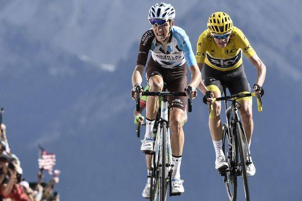 Le Français Romain Bardet et le Britannique Christopher Froome, maillot jaune du leader, sur la ligne d'arrivée au terme de la 18e étape du Tour de France, le 20 juillet 2017.