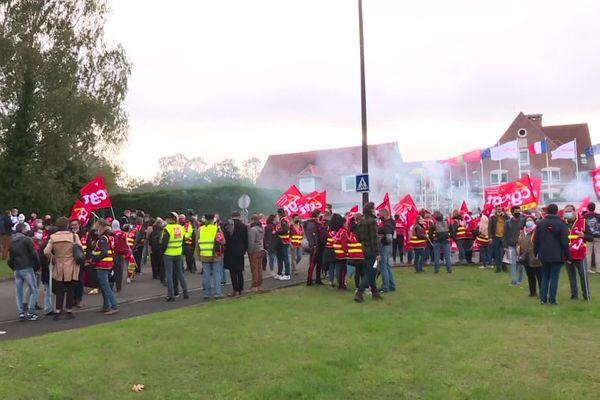 """Environ 500 manifestants réunis se sont réunis sous les fenêtres du siège du groupe Mulliez à Croix, pour dénoncer """"les plans sociaux en cascade"""" alors que le groupe Auchan a annoncé début septembre la suppression de 1475 postes."""
