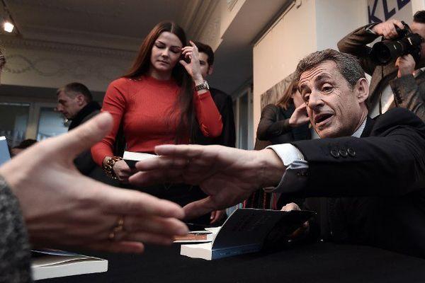 Nicolas Sarkozy en dédicace à Strasbourg.