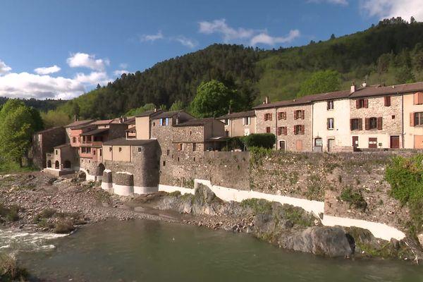 Alors que la traque de Valentin Marcone se poursuit dans les Cévennes, la vie est à l'arrêt dans les petits villages.