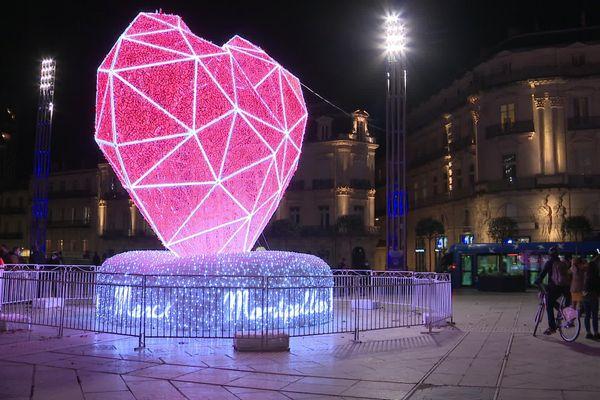 Un coeur lumineux a été installé sur la place de la Comédie à Montpellier.