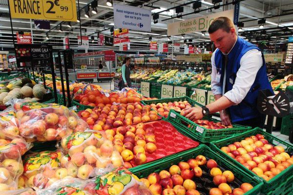 Un étalage de fruits dans un supermarché.