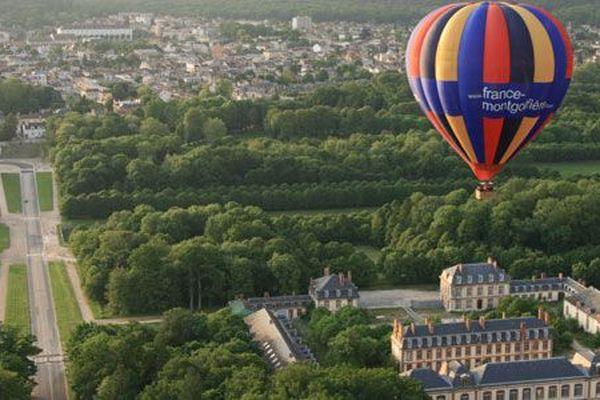 La montgolfière décolle depuis le parc du château de Fontainebleau.