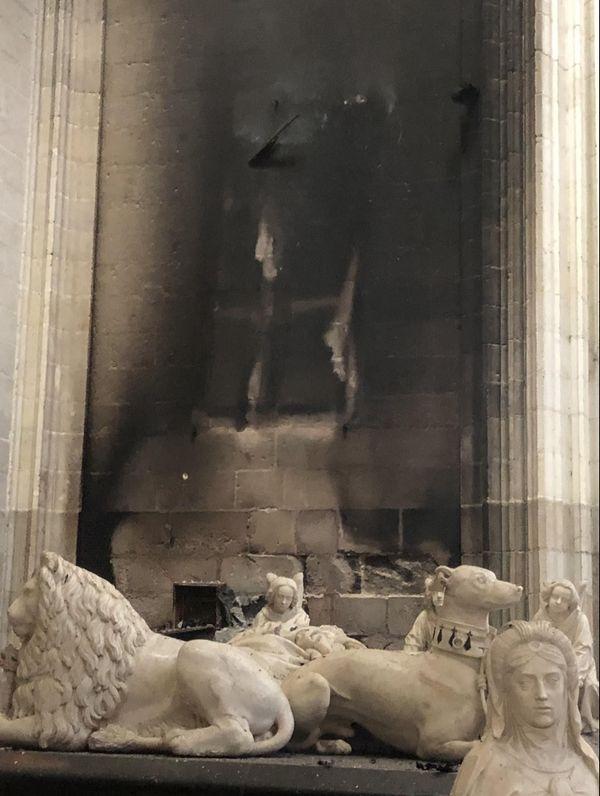 Les gisants ont été miraculeusement épargnés par les flammes.