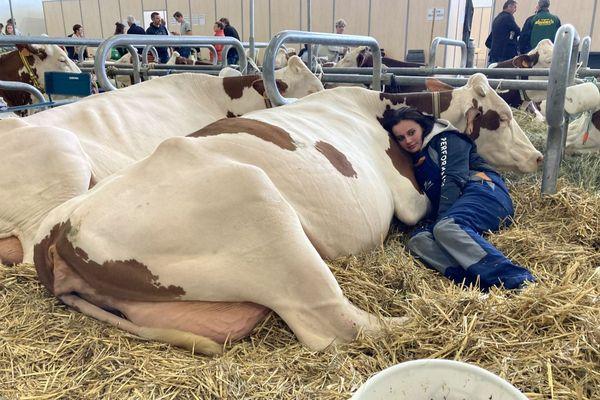 Mathilde, jeune éleveuse de Haute-Savoie, avec son unique vache Gabana. Comme chez elle, dans  « son » salon.