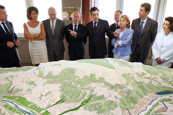 Le Premier ministre François Fillon (C) assiste à la présentation de l'Opération d'intérêt national Eco-Vallée de la plaine du Var par le maire de Nice Christian Estrosi en 2011.