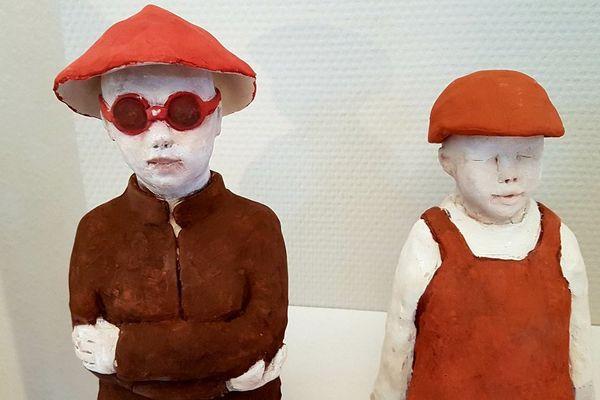 Détail d'une installation de la sculptrice-céramiste Gaby Kretz