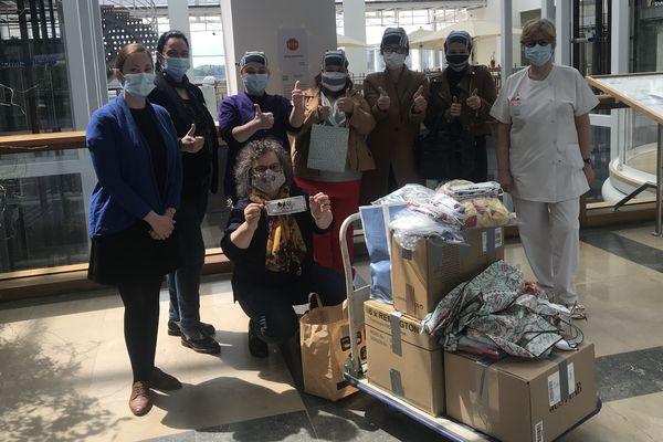 Le groupe de couturières a remis 1 000 calots de bloc ainsi que des babymasques pour les enfants de pédiatrie   à l'hôpital de Nevers.