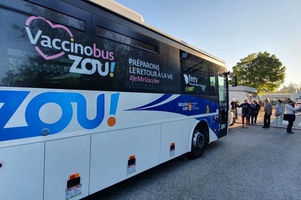 Les anti-vax sont venus bloquer le vaccinobus devant le lycée René Char à Avignon.