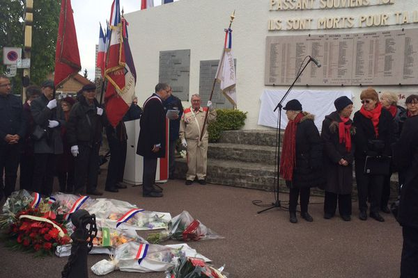 Dimanche matin, matin à Fontenay-sous-Bois, une nouvelle plaque honorant la mémoire de cinq personnes déportées a été dévoilée sur le monument aux morts.