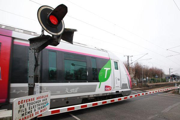 La collision entre le train et la voiture a eu lieu sur un passage à niveau (illustration).
