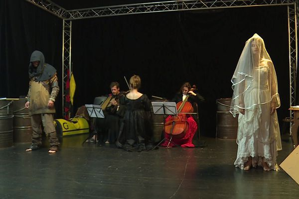 A gauche le bourreau, au centre la mort (les musiciens), à droite la jeune-fille qui a succombé de la peste. L'une des 15 saynètes de cette Castellada 2020 qui se joue sur la colline du château de Nice.