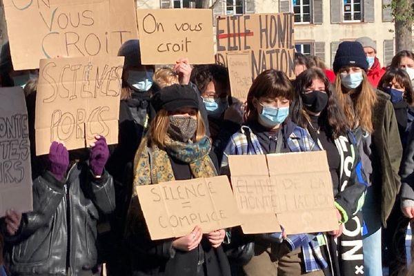 """Sur les pancartes brandies pendant la manifestation, du soutien aux victimes et la dénonciation d'une """"élite de la honte""""."""