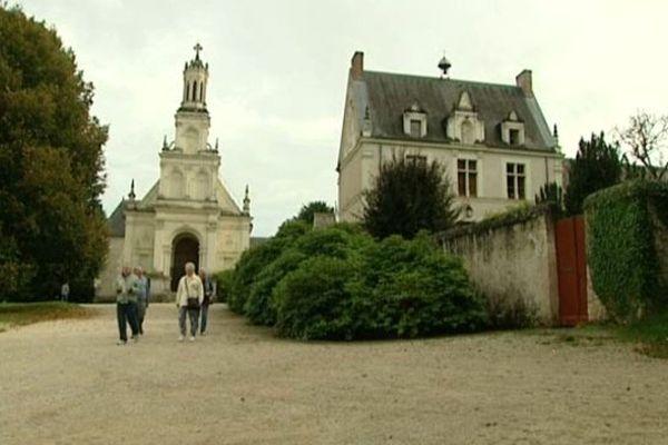 A droite, la mairie de Chambord, à gauche, l'église