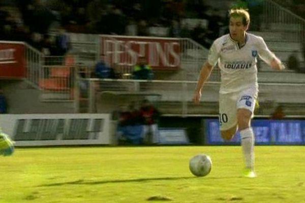 L'attaquant de l'AJA, Julien Vial, a marqué les 3 buts de ce match, emportant la victoire pour son équipe face au DFCO