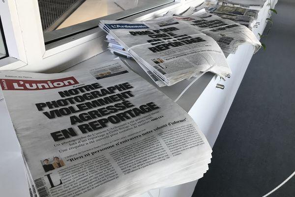 """Des exemplaires du quotidien """"l'Union"""" à Reims le 28 février 2021, après la violente agression du photojournaliste Christian Lantenois."""