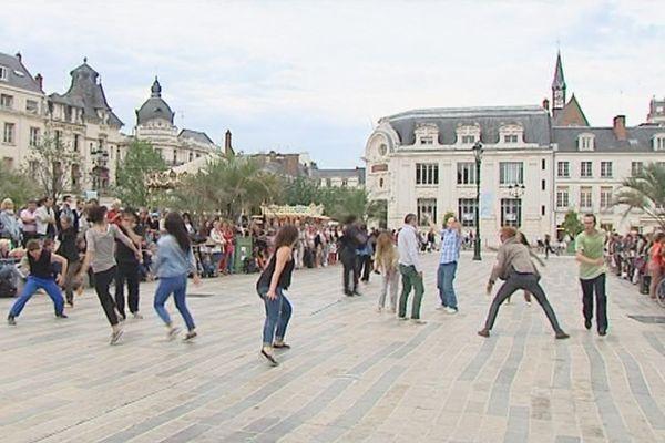 """""""100 pas presque"""" : la quinzaine de danseurs, pour la plupart orléanais, a progressé pendant une heure durant sur la place du Martroi à Orléans"""