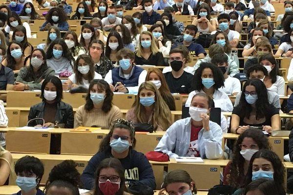 Les étudiants sont tous masqués pendant les cours comme ici pour le rentrée des premières années de médecine.